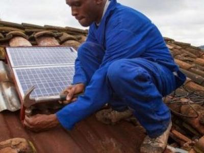 O pioneiro sistema de energia solar que surgiu em uma pobre área rural de Ruanda