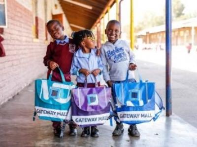 Startup cria mochila com plástico reciclado que gera luz para crianças estudarem à noite