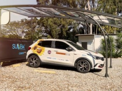 Startup desenvolve Painel Solar para motorista carregar o carro no estacionamento