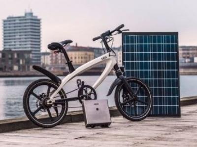 Esta elegante e-bike vem com uma bateria de energia solar