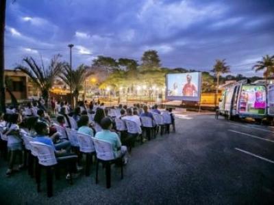 Movido a energia solar, cinema itinerante oferece sessões gratuitas a comunidades do RN